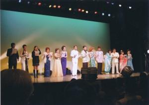 銀座 博品館劇場にて中央白い衣装